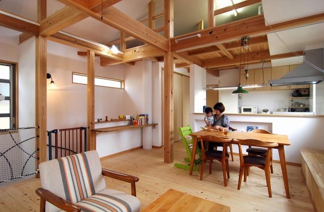 広々とした木の香り広がるリビング|新宿の設計事務所、住宅設計のことは大栄工業